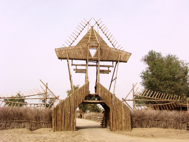 罗布人村寨